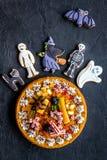 Αρτοποιείο και γλυκά αποκριών Πίτα κολοκύθας, gummy αράχνες, μπισκότα μελοψωμάτων στη μαύρη τοπ άποψη υποβάθρου Στοκ φωτογραφία με δικαίωμα ελεύθερης χρήσης