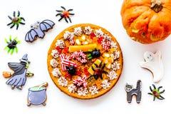 Αρτοποιείο και γλυκά αποκριών Πίτα κολοκύθας, gummy αράχνες, μπισκότα μελοψωμάτων στην άσπρη τοπ άποψη υποβάθρου Στοκ φωτογραφίες με δικαίωμα ελεύθερης χρήσης