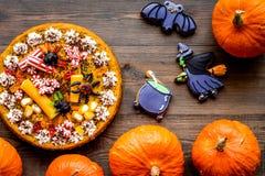 Αρτοποιείο και γλυκά αποκριών Πίτα κολοκύθας, gummy αράχνες, μπισκότα μελοψωμάτων στην ξύλινη τοπ άποψη υποβάθρου Στοκ Φωτογραφία