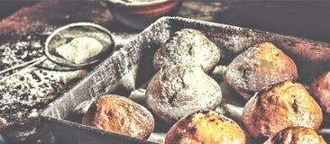αρτοποιείο φρέσκο Το Cupcakes, muffins, αρτοποιοί παίρνει τα χέρια τους στις ζύμες αρτοποιείο στοκ εικόνα με δικαίωμα ελεύθερης χρήσης