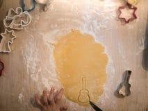 Αρτοποιείο Χριστουγέννων: τοπ άποψη της ξεδιπλωμένης ζύμης μπισκότων με το guita στοκ φωτογραφίες