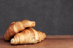 Αρτοποιείο Croissant στο teakwood Στοκ φωτογραφίες με δικαίωμα ελεύθερης χρήσης