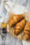 Αρτοποιείο Croissants, γαλλική βουτυρώδης ζύμη με τα βάζα ζαμπόν σε ξύλινο στοκ φωτογραφίες με δικαίωμα ελεύθερης χρήσης