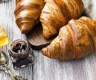 Αρτοποιείο Croissants, γαλλική βουτυρώδης ζύμη με τα βάζα ζαμπόν σε ξύλινο στοκ εικόνες