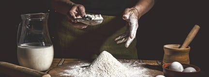 αρτοποιών Άτομο που προετοιμάζει το ψωμί, το κέικ Πάσχας, το ψωμί Πάσχας ή τα διαγώνιος-κουλούρια στον ξύλινο πίνακα σε ένα αρτοπ στοκ φωτογραφία με δικαίωμα ελεύθερης χρήσης