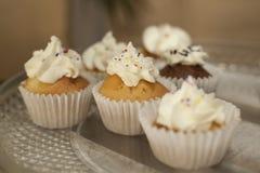 αρτοποιών Απόθεμα Muffins που καλύπτονται με την κρέμα Στοκ φωτογραφία με δικαίωμα ελεύθερης χρήσης