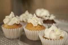 αρτοποιών Απόθεμα Muffins που καλύπτονται με την κρέμα Στοκ εικόνες με δικαίωμα ελεύθερης χρήσης