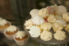 αρτοποιών Απόθεμα Muffins που καλύπτονται με την κρέμα Στοκ εικόνα με δικαίωμα ελεύθερης χρήσης
