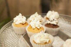 αρτοποιών Απόθεμα Muffins που καλύπτονται με την κρέμα Στοκ Φωτογραφία