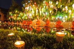 Αρχάριοι που κάθονται μια περισυλλογή στο φεστιβάλ Loy kratong στοκ εικόνες