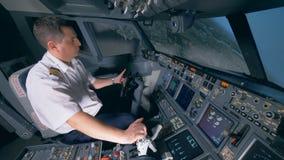 Αρχή της διαδικασίας προσγείωσης που εκτελείται από έναν επαγγελματικό αεροπόρο Γέφυρα πτήσης καμπινών πιλοτηρίων απόθεμα βίντεο