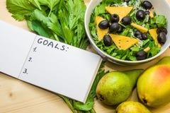 Αρχίστε έναν υγιή τρόπο ζωής Κατάλογος υποσχέσεων τρόφιμα υγιή Αχλάδια, σέλινο, σαλάτα με τις ελιές στοκ εικόνες με δικαίωμα ελεύθερης χρήσης