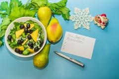 Αρχίστε έναν υγιή τρόπο ζωής Κατάλογος υποσχέσεων τρόφιμα υγιή Αχλάδια, σέλινο, σαλάτα με τις ελιές στοκ εικόνες