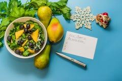 Αρχίστε έναν υγιή τρόπο ζωής Κατάλογος υποσχέσεων τρόφιμα υγιή Αχλάδια, σέλινο, σαλάτα με τις ελιές στοκ φωτογραφία με δικαίωμα ελεύθερης χρήσης