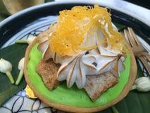 Αρχίστε την ημέρα σας με τη σπιτική γαστρονομική κορυφή πιτών κρέμας καρύδων ζύμης με τη μαρέγκα και το γλυκό νήμα αυγών στον καφ Στοκ εικόνες με δικαίωμα ελεύθερης χρήσης