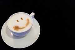 Αρχίστε τη μεγάλη ημέρα με την έννοια χαμόγελου, φλιτζάνι του καφέ με το πρόσωπο χαμόγελου στη γωνία με Copyspace στο κείμενο εισ Στοκ φωτογραφία με δικαίωμα ελεύθερης χρήσης