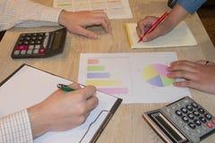 Αρχίστε τις επιχειρησιακές ιδέες σας Άνοιγμα ιδεών των νέων επιχειρήσεων στοκ εικόνες