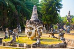 Αρχαία αγάλματα και γλυπτά των ινδών και Θεών βουδισμού στο πάρκο του Βούδα, Vientiane, Λάος Στοκ Εικόνες