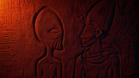 Αρχαία αλλοδαπή αιγυπτιακή χάραξη τοίχων στο φως πυρκαγιάς φιλμ μικρού μήκους
