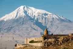 Αρχαία αρμενική εκκλησία Khor Virap με Ararat στην ανασκόπηση Στοκ εικόνα με δικαίωμα ελεύθερης χρήσης