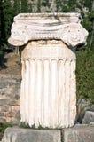 αρχαία αρχαιολογική περιοχή των Δελφών στηλών Στοκ φωτογραφία με δικαίωμα ελεύθερης χρήσης