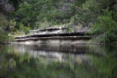 Αρχαία ασβεστόλιθων κολπίσκου διάβρωση απότομων βράχων κρεβατιών σύγχρονη στοκ φωτογραφία με δικαίωμα ελεύθερης χρήσης