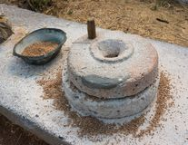 Αρχαία αλέθοντας millstones σιταριού Στοκ Φωτογραφία