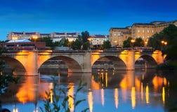 Αρχαία γέφυρα πετρών πέρα από Έβρο το βράδυ Logrono Στοκ Εικόνες