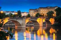 Αρχαία γέφυρα πετρών πέρα από Έβρο το βράδυ Logrono Στοκ εικόνα με δικαίωμα ελεύθερης χρήσης