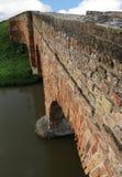 αρχαία γέφυρα που γίνεται με τα κόκκινα τούβλα με τον ποταμό Στοκ εικόνα με δικαίωμα ελεύθερης χρήσης