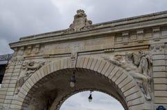 Αρχαία γέφυρα του Παρισιού πέρα από το Sena ποταμό Στοκ Εικόνες