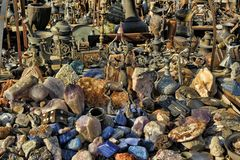 αρχαία ειδώλια χαλκού, βάζα και φυσικές πέτρες στον ψύλλο μ Στοκ Φωτογραφία