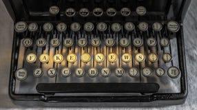 Αρχαία εκλεκτής ποιότητας φορητή γραφομηχανή που συλλαβίζει τις πλαστές ειδήσεις Στοκ φωτογραφία με δικαίωμα ελεύθερης χρήσης