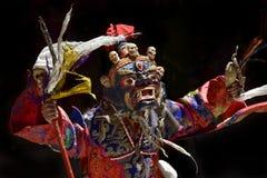 Αρχαία θιβετιανή ιερή μάσκα Palden Lhamo: μια μπλε μάσκα με τα μικρά ανθρώπινα κρανία, φωτεινές κόκκινες σημαίες στην κορυφή, μια Στοκ Εικόνες