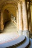 Αρχαία και κομψή μαρμάρινη σκάλα Στοκ φωτογραφία με δικαίωμα ελεύθερης χρήσης
