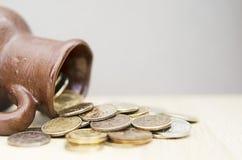 Αρχαία κανάτα με τα νομίσματα Παλαιά νομίσματα σε ένα δοχείο Στοκ εικόνα με δικαίωμα ελεύθερης χρήσης