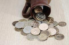 Αρχαία κανάτα με τα νομίσματα Παλαιά νομίσματα σε ένα δοχείο Στοκ Φωτογραφία