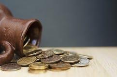 Αρχαία κανάτα με τα νομίσματα Παλαιά νομίσματα σε ένα δοχείο Στοκ Φωτογραφίες