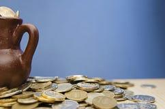 Αρχαία κανάτα με τα νομίσματα Παλαιά νομίσματα σε ένα δοχείο Στοκ φωτογραφία με δικαίωμα ελεύθερης χρήσης