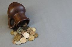 Αρχαία κανάτα με τα νομίσματα Παλαιά νομίσματα σε ένα δοχείο Στοκ εικόνες με δικαίωμα ελεύθερης χρήσης