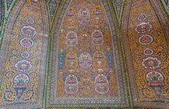 Αρχαία κεραμίδια με τα περσικά σχέδια μέσα στο μουσουλμανικό τέμενος Nasir ol Molk, Ισφαχάν Παραδοσιακά έργα τέχνης Στοκ εικόνα με δικαίωμα ελεύθερης χρήσης