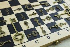 Αρχαία κλειδιά σε μια σκακιέρα στοκ εικόνες