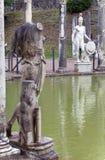 Αρχαία λίμνη Canopus, που περιβάλλεται από τα ελληνικά γλυπτά στη βίλα Adriana, ΑΓΓΕΛΙΑ του 2$ου αιώνα, Tivoli, Ιταλία, ΟΥΝΕΣΚΟ W στοκ φωτογραφία με δικαίωμα ελεύθερης χρήσης