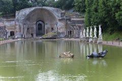 Αρχαία λίμνη Canopus, που περιβάλλεται από τα ελληνικά γλυπτά στη βίλα Adriana, ΑΓΓΕΛΙΑ του 2$ου αιώνα, Tivoli, ΟΥΝΕΣΚΟ Worl βιλώ στοκ εικόνες με δικαίωμα ελεύθερης χρήσης