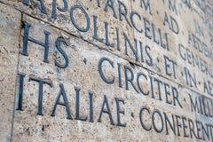 Αρχαία λατινική επιγραφή στον εξωτερικό τοίχο του τοίχου Ara Pacis στη Ρώμη Στοκ Φωτογραφίες