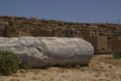 Αρχαία μαρμάρινη στήλη από τις καταστροφές στην Καισάρεια Ισραήλ Στοκ Εικόνες