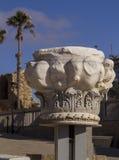 Αρχαία μαρμάρινη στήλη από τις καταστροφές στην Καισάρεια Ισραήλ Στοκ Εικόνα