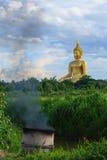 Αρχαία μεγάλη εικόνα του Βούδα στον τομέα στο ναό Muang, ANG Thon Στοκ εικόνες με δικαίωμα ελεύθερης χρήσης