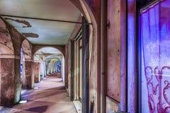αρχαία μεσαιωνική σκεπαστή είσοδος πρόσοψης με τις αψίδες και τις στήλες Στοκ φωτογραφία με δικαίωμα ελεύθερης χρήσης