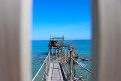 """Αρχαία μηχανή αλιείας αποκαλούμενη """"trabucco """" Χαρακτηριστικός της ιταλικής αδριατικής θάλασσας Χρησιμοποιημένος στην ακτή του Ab στοκ φωτογραφίες"""